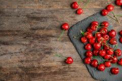 Сладостные красные вишни на плите шифера Стоковые Изображения RF