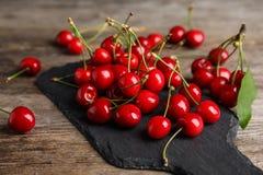 Сладостные красные вишни на плите Стоковая Фотография