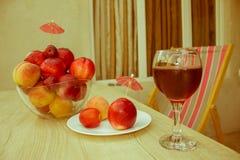 Сладостные персики, нектарин и сливы стеклянное красное вино Стоковые Фотографии RF