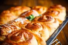 Сладостные плюшки с вареньем и сливк Стоковое Фото