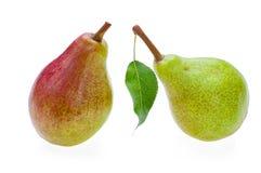 Сладостные половинные зеленые половинные красные груши с лист Изолировано на белизне Стоковое Фото