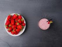 Сладостные свежие клубники и jogurt в стекле на серой предпосылке оливка масла кухни еды принципиальной схемы шеф-повара свежая н Стоковое фото RF