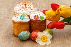 Сладостные торты пасхи, покрашенные тюльпаны пасхальных яя, красных и желтых, Стоковые Изображения