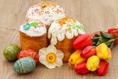Сладостные торты пасхи, покрашенные тюльпаны пасхальных яя, красных и желтых, Стоковая Фотография