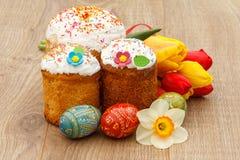 Сладостные торты пасхи, покрашенные тюльпаны пасхальных яя, красных и желтых, Стоковые Изображения RF
