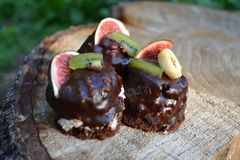 Сладостные шоколадные торты на деревянной предпосылке стоковые фотографии rf