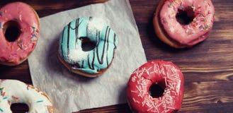 Сладостные donuts на десерте и чашке чаю стоковые фотографии rf