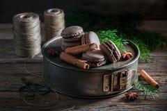 Сладостные macaroons с циннамоном и шоколадом для рождества Стоковое Фото