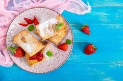 Сладостный вкусный десерт печенья слойки на плите на деревянной предпосылке Очень вкусные домодельные печенья с вареньем клубники Стоковые Изображения