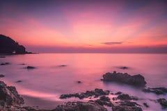 Сладостный восход солнца над морем на пляже Rayong стоковое изображение rf