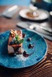 Сладостный десерт на плите на деревянном столе, никто стоковая фотография