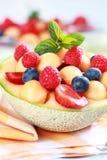Сладостный десерт плодоовощ украшенный с ягодами стоковые изображения