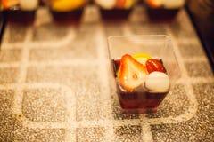 Сладостный десерт: Селективный сфокусированный красочный очень вкусный студень плодоовощ на черно-белой каменной предпосылке табл стоковые фото