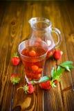 Сладостный компот зрелых красных клубник в стеклянном графинчике Стоковые Фотографии RF