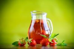 Сладостный компот зрелых красных клубник в стеклянном графинчике Стоковое Изображение