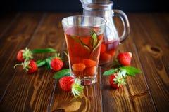 Сладостный компот зрелых красных клубник в стеклянном графинчике Стоковые Фото
