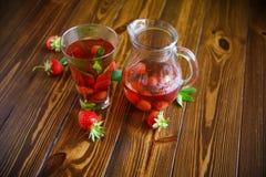 Сладостный компот зрелых красных клубник в стеклянном графинчике Стоковое Изображение RF