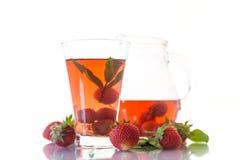 Сладостный компот зрелых красных клубник в стеклянном графинчике Стоковая Фотография