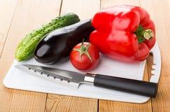 Сладостный перец, баклажан, огурец, томат, кухонный нож на cutti Стоковое Изображение RF