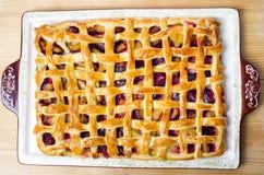 Сладостный пирог плодоовощ с сахаром на подносе Стоковая Фотография