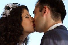 Сладостный поцелуй венчания Стоковые Изображения RF
