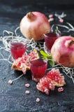 Сладостный сок гранатового дерева на таблице Стоковые Изображения