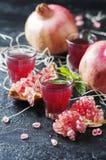 Сладостный сок гранатового дерева на таблице Стоковые Изображения RF