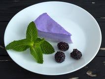 Сладостный торт с ежевиками и мятой Стоковые Фотографии RF