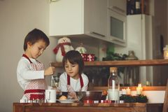 2 сладостных дет, братья мальчика, подготавливая печенья пряника Стоковое Изображение RF