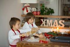 2 сладостных дет, братья мальчика, подготавливая печенья пряника Стоковые Изображения RF