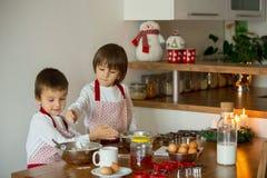 2 сладостных дет, братья мальчика, подготавливая печенья пряника Стоковое Изображение