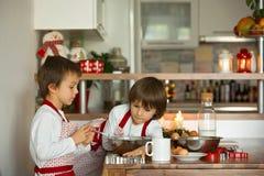 2 сладостных дет, братья мальчика, подготавливая печенья пряника Стоковое Фото