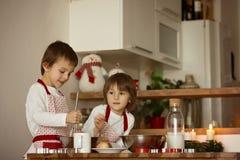 2 сладостных дет, братья мальчика, подготавливая печенья пряника Стоковая Фотография