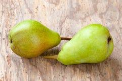 2 сладостных зрелых зеленых груши Изолировано на деревянной предпосылке Стоковое фото RF