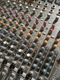 Слайдеры ядрового регулятора в студии звукозаписи стоковое фото rf