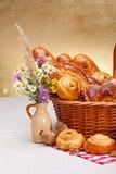 Сладостные продукты хлебопекарни в корзине Стоковое Изображение RF
