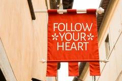 Следовать вашим сердцем на схематическом изображении стоковые фото