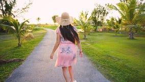 Следовать мной концепция молодой женщины бежать на тропическом пути поля для гольфа Летние каникулы или праздник видеоматериал