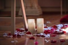 Следовать мной к свету горящей свечи стоковая фотография rf
