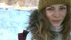 СЛЕДОВАТЬ молодым женским пешим туризмом с рюкзаком в красивом sity зимы, акции видеоматериалы