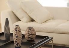следующая богато украшенный таблица софы к вазам Стоковые Изображения RF