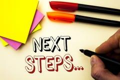 Следующие шаги сочинительства текста почерка План стратегии движений смысла концепции следовать дает директиву направлений написа Стоковые Изображения