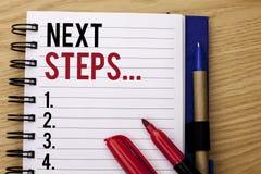 Следующие шаги сочинительства текста почерка План стратегии движений смысла концепции следовать дает директиву направлений написа Стоковые Фото