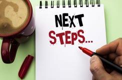 Следующие шаги текста сочинительства слова Концепция дела для следовать плана стратегии движений дает директиву направлений напис Стоковые Фотографии RF