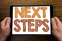 Следующие шаги титра текста сочинительства руки Концепция дела для будущего Golas и цели написанных на компьтер-книжке таблетки,  Стоковые Изображения RF