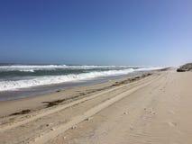 Следы автошины на дезертированном пляже стоковое изображение rf