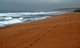 Следы в песке пляжа Стоковые Фотографии RF