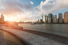 Следы горизонта и реки города в Пудуне, Шанхае, Китае стоковое фото