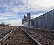 Следы железной дороги и лифт зерна Стоковое Изображение