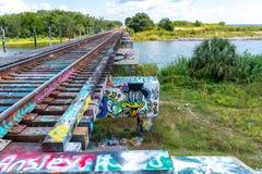 Следы за мостом граффити стоковые фото